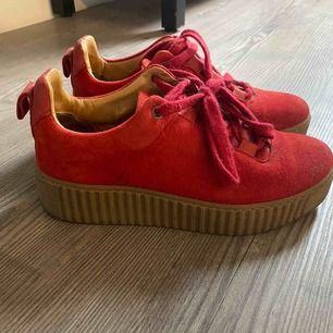 Röda skor i mocka från samsoe. Knappt använda men det finns en liten fläck på ena skon, se bild.