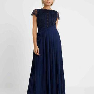 Marinblå balklänning från Zalando, använd en gång, bra längd på mig som är 163 (inte uppsydd) köparen står för frakt eller så möts jag upp i Tullinge, skriv till mig för mer bilder !