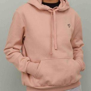 Väldigt mjukt och fint hoodie storlek xs/s använt tre gånger bara. Kontakta för fler bilder. Köparen står för frakten!