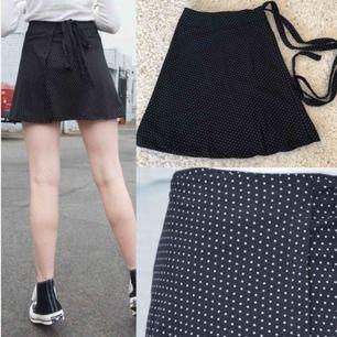 Söt kjol från Brandy Melville som passar både i sommar och vinter. Använd en gång!