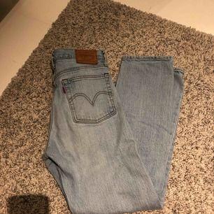 Sjukt snygga ljus blå Levis jeans!! Men passar inte länge så säljer de!!! Modellen 501 💖😍