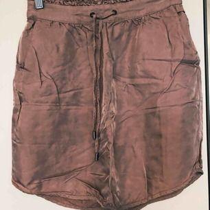Fin dustypink kjol som bara blivit använd några gånger! Har två stycken en i storlek 36 som passar en 34-36 och en i storlek 42 som passar 38-42!