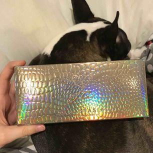 Fick två stycken Jackie ania paletter från ABH i julklapp så säljer ena, inte alls använd. Original pris 570(hund ingår inte😌)