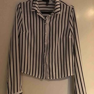 Randig skjorta från H&M. Skjortan är i ny skick och endast använt enstaka gånger. Säljer pga att den är för liten för mig, men den passar troligt vid dig som brukar kunna ha xs. (Köparen står för frakten)