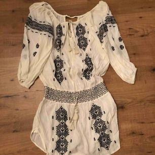 Off shoulder klänning från Ralph Lauren med resår i midjan! Passar xs-m