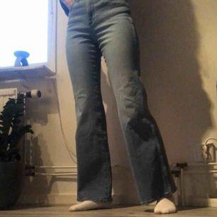 (Inkl frakt) Jeans från Wrangler. Aldrig använda just för att de inte är min stil. Ny pris 799kr. Jag upplever att de är ganska små i storleken då jag i vanliga fall har ca 25/32 men dem är väldigt töjbara så passar även dig som i vanliga fall har 28/32❤️