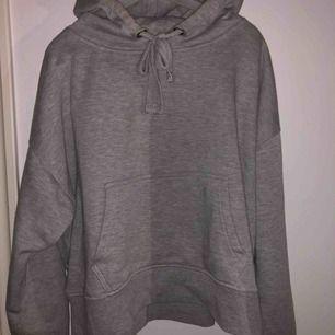 Jättemysig hoodie från Cubus. Storlek S men kan även passa M eller även Xs men beror på hur man vill ha den. Själv är jag xs på hoodies och denna är lite  stor för min del💕💕