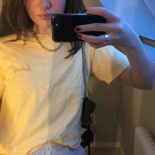 """Gul t-shirt från Brandy Melville, med texten """"honey"""" i guldig skrivstil."""