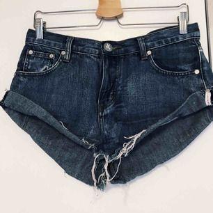 Ursnygga One Teaspoon jeansshorts som jag bara älskar men kommer helt enkelt inte till användning! Storlek 27 vilket motsvarar eventuellt 34-36!