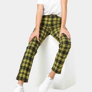 snygga jeans från junkyard! använda men i gott skick! stretchiga och sitter bra på mig med längre ben, respektive om man gillar att byxorna går längre:)