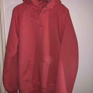 Den populär rosa hoodie från bikbok i xs. Använd fåtal gånger men inget som märks om man tänker på det. Kan mötas upp i Stockholm beroende på datum och tid💕💕