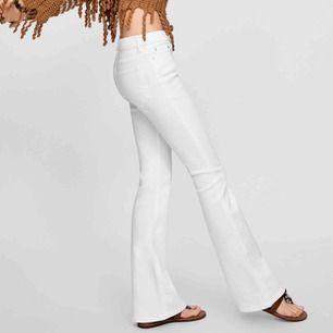 Snygga bootcut, storlek 40 men sitter mer som en 38/M perfekt till dig som har långa ben då dem går ner eller om man tycker om en längre passform på byxor! i gott skick!!