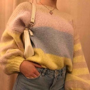 Säljer en stickad tröja som jag köpt här på Plick! Perfekt nu till vintern och våren!💞Säljer vidare då den helt enkelt inte kom till användning, storlek S men den är väldigt overzized så skulle säga att den passar fler storlekar!