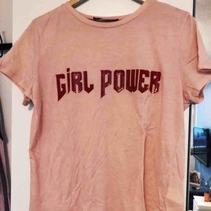 T-shirt från BikBok i fin rosa färg med röd text! Passar storlek S-L beroende på hur du vill att den ska sitta!