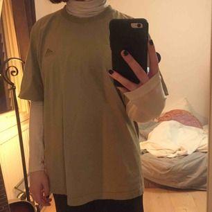Säljer denna vintage beige/gröna T-shirten. Supersnygg men kommer tyvärr inte till användning. Köpare står för frakt annars går det bra att mötas upp i Lund! 💕