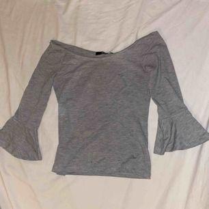 """En riktigt skön och snygg tröja men små """"volanger"""" längst ut på armarna. Använd fåtal gånger och de gångerna har den varit sparsamt använd. Köparen står för frakten, priset kan diskuteras!"""