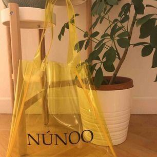 """Säljer en """"small tote bag"""" från Núnoo. Den är i bra skick och använd ett fåtal gånger💛💛  Obs! Jag fraktar inte. Kan mötas upp i Sthlm."""