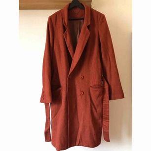 """Stilig röd litet """"luddig"""" kappa från Topshop. Tunn men varm, sidenliknande innerfoder och ett skärp att knyta runt midjan med läderdetaljer. 26% ull. Storlek 42, UK 14, men som oversize som XS - S.  Möte i Stockholm eller skicka mot fraktkostnad!  🌱🌸🌱"""