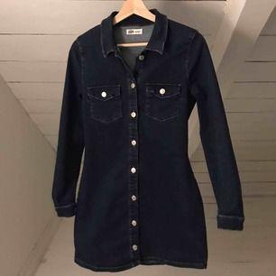 Supersnygg jeansklänning som framhäver kurvor fantastiskt🤩 köparen står för frakt⭐️