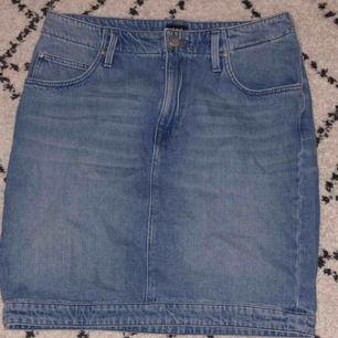 Helt oanvänd jeanskjol från lee. Nypris 500 kr. Den är lite längre i längden men fortfarande en kortkjol . Perfekt till sommaren💕💕