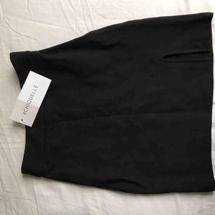Ny kjol från chiquelle med prislappen kvar. En perfekt svart minikjol med snygg slits.