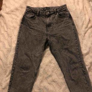Gråa jeans den zara i strl 42, är 160cm och dom passar mig perfekt i längden, dom är ganska ljusgråa i verkligheten men det syns inte så bra på bild:) Frakt tillkommer 44kr