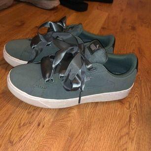 Jag säljer nu mina skor eftersom de är för små. Jag har använt dem 2 gånger så de är i bra skick. Otroligt sköna skor att gå i. Jag ser helst att vi möts upp annars får köparen stå för frakten. Pris går att diskutera