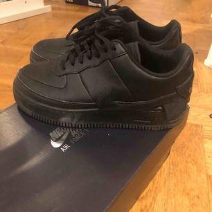 Säljer ett par skit coola Nike Air Force 1 Jester🥵anledningen till att jag säljer dom är för att dom är för stora för mig. Använda ett få tal gånger och ordinarie pris va runt 1100kr. GRATIS FRAKT!! Dm vid intresse :DD