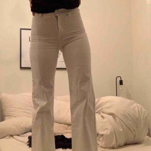 Vita vida och raka byxor från Wera Stockholm. Säljer pga för små för mig, skulle därför säga att dom är mer som en 34. Men sjukt fina och väldigt fin modell 🥰 nypris 699kr. Köparen står för frakten