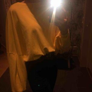En gul tröja i storlek 34/36 från Ellos😜✨Andvänd ett få tal gånger och i bra skick.☺️💕Köparen står för frakt:)💖