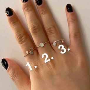 Silver ringar, ej äkta silver. 10kr st + 11kr frakt eller alla för 100kr inkl frakt. Ej rostat eller liknande. Stl XS/S