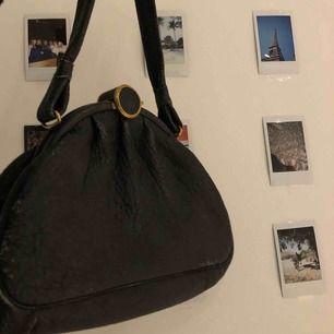 En super fin väska köpt på en loppis i Gotland. Den är såå fin men komme ringde till användning😫köpt för 90kr!