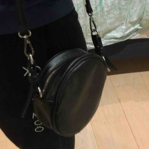 En rund väska från Lindex. Säljer då den inte kommer till användning:) den är i bra skick även fast använd.