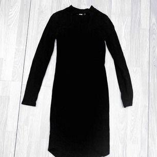 Svart ribbad klänning från Bik Bok storlek S i fint skick.  Möts upp i Stockholm eller fraktar.  Frakt kostar 59kr extra, postar med videobevis/bildbevis. Jag garanterar en snabb pålitlig affär!✨
