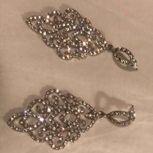 Ett par glittrande diamant örhängen (inte riktiga diamanter), PERFEKTA för att göra en look lite mer glamorös😎✨✨✨