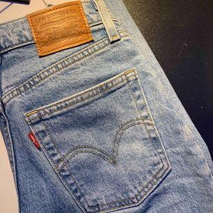 Säljer dessa Levi's jeans som knappt är använda! W24L27 i modellen Ribcage straight ankle jeans  Priset är exklusive frakt :)