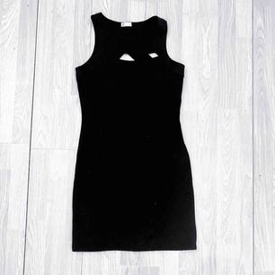 Svart klänning från Cubus storlek S i fint skick.  Möts upp i Stockholm eller fraktar.  Frakt kostar 59kr extra, postar med videobevis/bildbevis. Jag garanterar en snabb pålitlig affär!✨