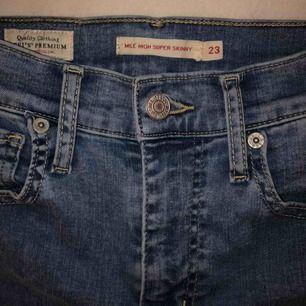 """Hyfsat nya levis jeans i passformen och färgen """"you got me"""". Köpta för 1000kr på bubbleroom."""
