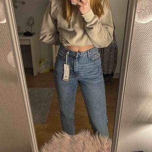 Säljer helt nyköpta mom jeans från Gina Tricot, prislappen kvar! Storlek 38. Säljer pågrund av fel storlek. Nypris 499kr Säljer för 450kr + frakt! Står ej för postens slarv