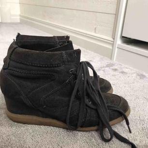 Skorna är sällan använda och är i gott skick, kan mötas upp i onsala/gbg/Kungsbacka annars står köparen för frakten