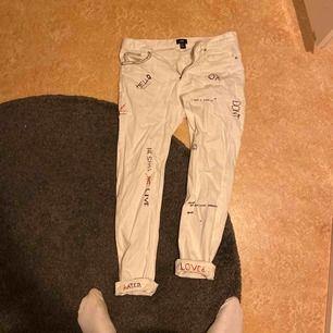 Skinny fit jeans i storlek män 32. Customised av mig skrivet i svart och rött.
