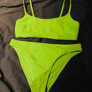 En sjukt snygg bikini från Cubus. Köpt i somras och den har blivit för liten😫behövde ha filter för att kameran skulle kunna fånga den otroligt sjuka färgen🤯super snygg och bra skick!