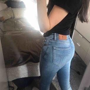 Väldigt snygga jeans i ljusblå färg med lite högre midja. Modell: Slight, färg: Faint. Nya:1400:- Fraktkostnad tillkommer