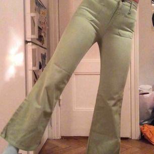 Utsvängda pastellgröna jeans från 70-talet!! Skulle säga att dom är typ 25 i storlek!!