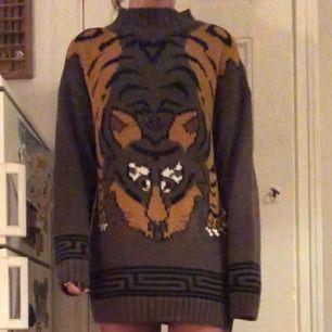 Jättegullig stickad klänning/lång tröja från nordiska kompaniet med en tiger på!!