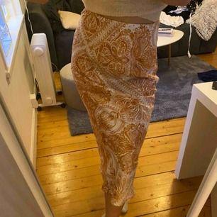 Super häftig kjol i coolt mönster aldrig använd