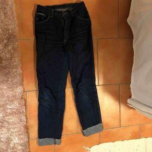 Säljer mina super snygga begagnade mörkblå byxor.Stitter tajt upptill men de blir vidare längre ner.Det står ingen storlek men passar som en S.Priset kan diskuteras