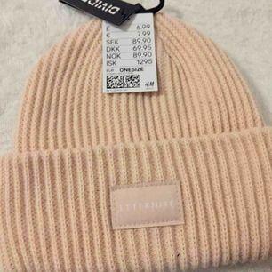 Säljer en helt ny mössa som är köpt i H&M , ordinarie priset köptes för 90 kr. Väldigt fin Peach/rosa färgad mössa , och liknar Acne mössa.