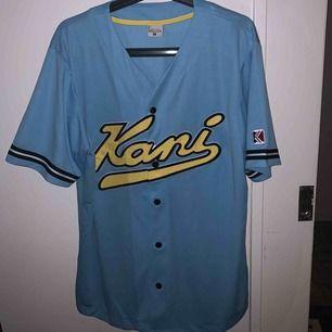 knapp använd baseballtröja från Karl kani, köpt för 400kr o nu slutsåld
