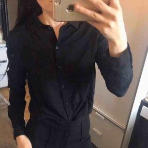 Oanvänd basic svart skjorta / blus. Fraktkostnad tillkommer